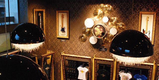 Hard Rock Cafe в Будапеште, Manooi Crystal Chandeliers